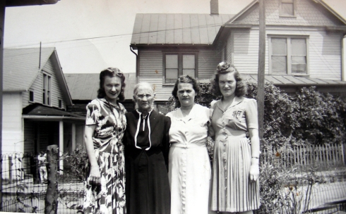 mom-her-mother-emma-and-her-mother-kate-with-dot-july-1942
